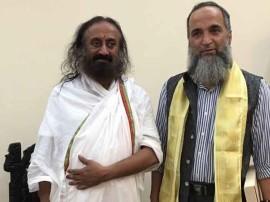बुरहान वानी के पिता मुजफ्फर वानी ने श्री श्री रविशंकर से मुलाकात की