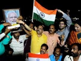 PM मोदी को लड्डू  खिलाकर देश ने मनाया सेना की जीत का जश्न!
