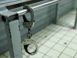 पुलिसवालों को रिश्वत देकर पत्नी से मिलने होटल पहुंचा कैदी, कमरे की खिड़की कूद फरार
