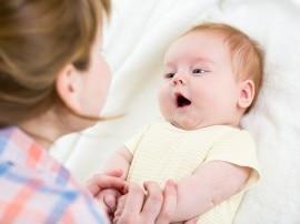 बच्चे को लोरी सुनाना मां के लिए है फायदेमंद!