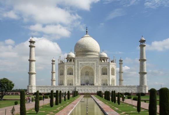 ताज महल में विदेशी मॉडल्स के भगवा दुपट्टे उतरवाने के मामले ने पकड़ा तूल