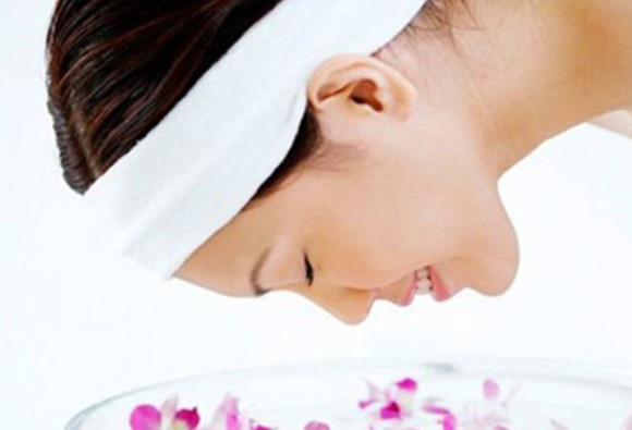 Ways to use rose water for toning the skin