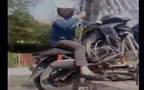UP : Traffic police towed a motorbike with man sitting on it in Kanpur