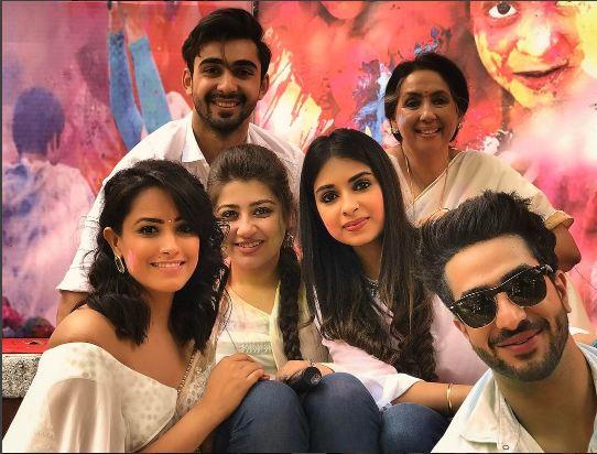 Yeh Hai Mohabbatein: Divyanka Tripathi, Karan Patel & team shoot a Holi scene; Here are their FUN PICTURES!