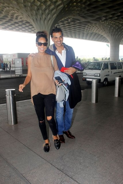lisa haydon snapped at airport with her husband