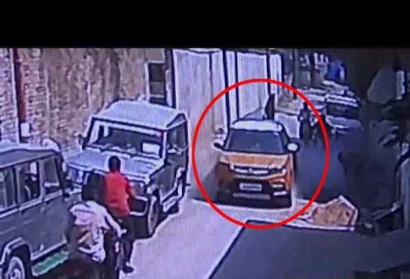 इलाहाबाद : कार के पहिए के नीचे आया सुतली बम, जोरदार धमाके के बाद इलाके में दहशत