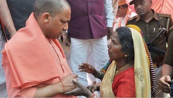 गोरखधाम मंदिर बना CM आदित्यनाथ का मिनी सचिवालय, योगी के दरबार में बढ़े फरियादी