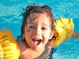 स्विमिंग पूल में बच्चों को ट्वॉय देने से हो सकते हैं ये नुकसान!