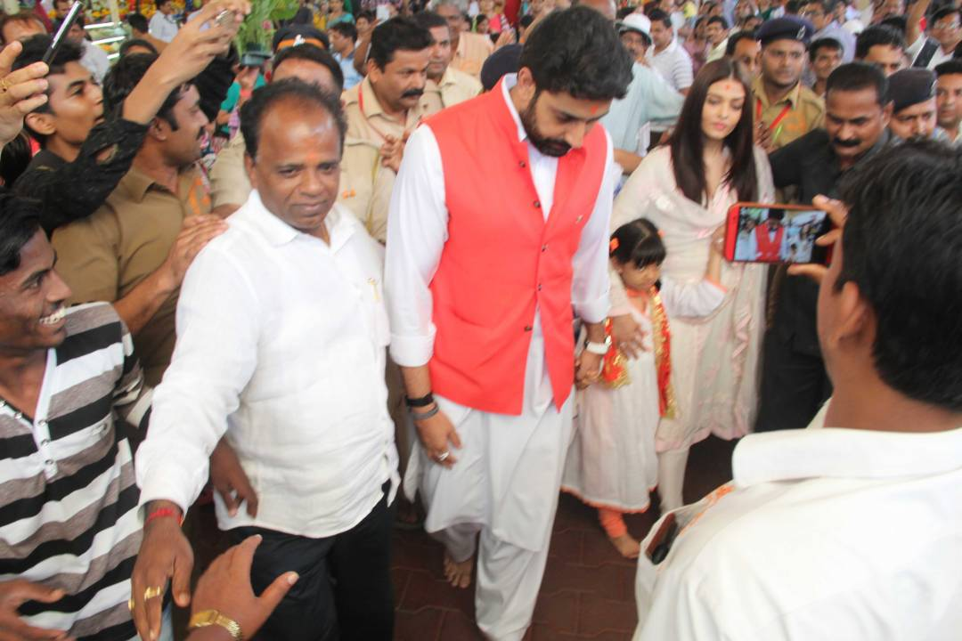 See Pics : Abhishek, Aishwarya and Aaradhya Bachchan visit Siddhivinayak temple on their wedding anniversary