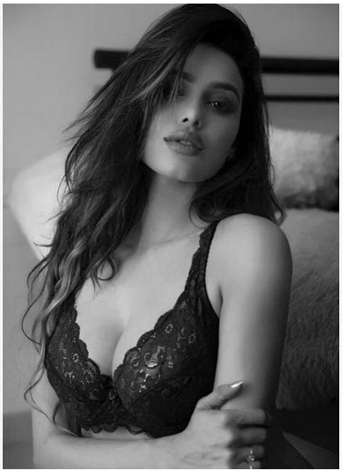 this Ex 'Bigg Boss' hottie Gizele Thakral looks HOT in her latest photoshoot pictures!