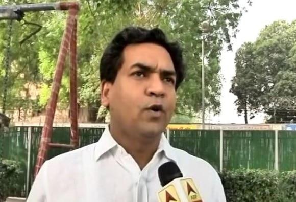 केजरीवाल के खिलाफ कपिल मिश्रा का नया आरोप, चंदा देने वाले की कंपनी को सरकार ने दिए ठेके