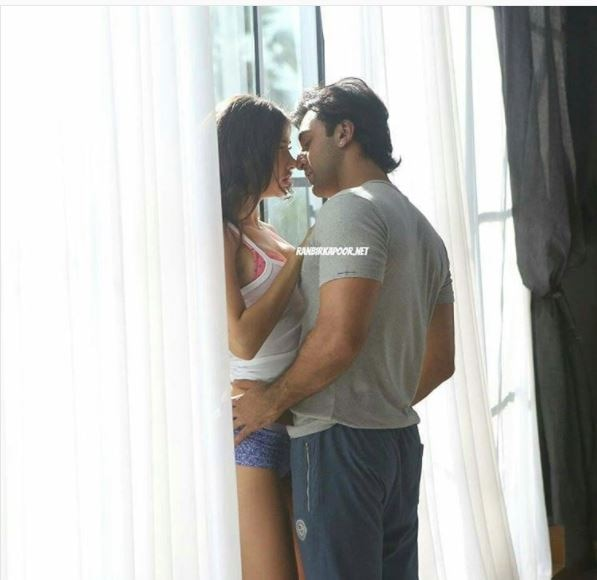 These raunchy pictures of Ranbir Kapoor romancing a girl have hit the internet like a storm!