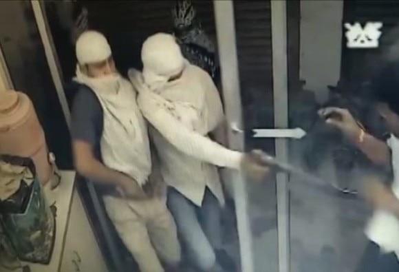 सीसीटीवी में कैद हुई मथुरा लूट की वारदात, गोली मारने के बाद लुटेरों नेघायलों को पैरों से रौंदा