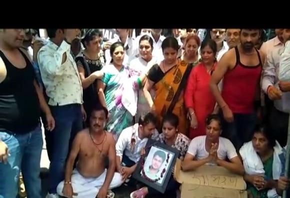 मथुरा डबल मर्डर : हत्यारे अबतक आजाद, होली गेट चौराहे पर भूख हड़ताल पर बैठा पीड़ित परिवार