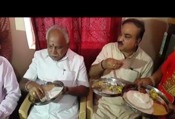 कर्नाटक : दलित के घर होटल से नाश्ता मंगाकर खाने पर 'फंसे' बीजेपी नेता येदुरप्पा