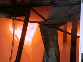 दिल्ली: चांदनी चौक में आग से करीब 150 दुकानें जलकर खाक, अलका लांबा के खिलाफ हुई नारेबाजी