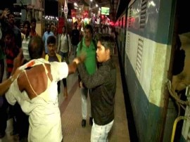 भुवनेश्वर: बजरंग दल कार्यकर्ताओं की गुंडागर्दी, ट्रेन में गाय ले जा रहे लोगों को बुरी तरह पीटा