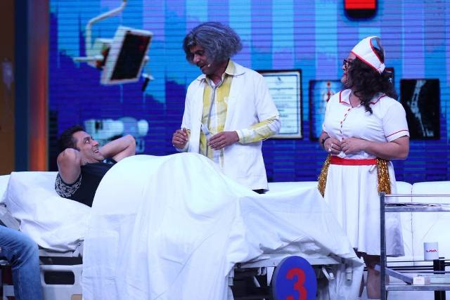 Sunil-Grover-as-Dr-Mashoor-Gulati-performs-his-operation-on-his-patient-Salman-Khan-at-the-Super-Nights-with-Tubelight-event-compressed