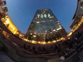 अंतरराष्ट्रीय योग दिवस के लिए रोशनी से जगमगाया संयुक्त राष्ट्र मुख्यालय
