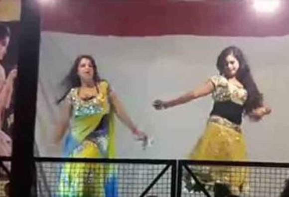 Uttar Pradesh: indecent dance of four bar dancers in a fair