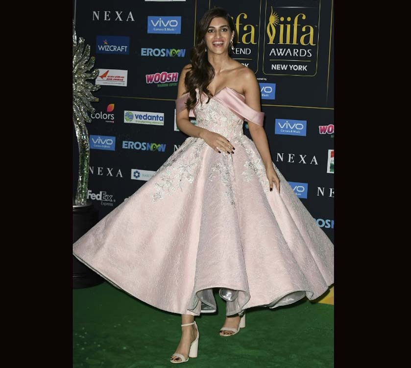 Kriti Sanon looked nothing less than a princess at green carpet of IIFA Rocks 2017
