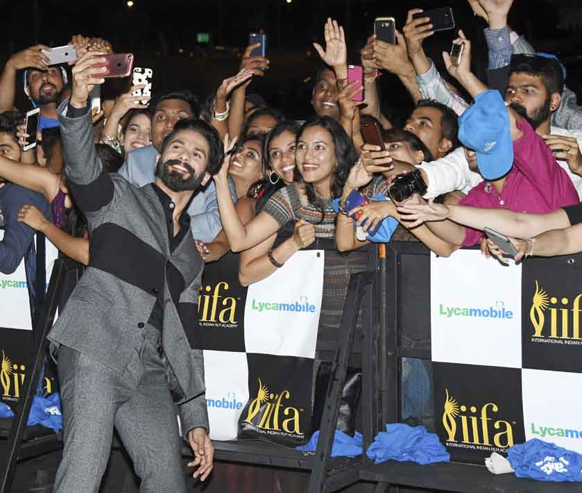 Shahid Kapoor and Mira Rajput look stunning while posing for the shutterbugs at the green carpet
