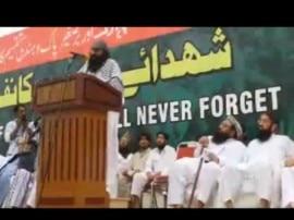 पाकिस्तान में सार्वजनिक मंच पर दिखा सैयद सलाउद्दीन, हाफिज सईद ने तोहफे में दी बंदूक