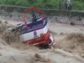 अचानक आई बाढ़ में फंसा टैंकर ड्राइवर, मुश्किल से बची जान