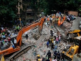 मुंबई के घाटकोपर में इमारत गिरी, मलबे में 20 के दबने की आशंका, 4 की मौत