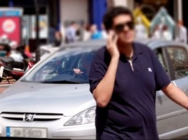OMG! 60% लोग टू व्हीलर चलाते समय करते हैं फोन का इस्तेमाल