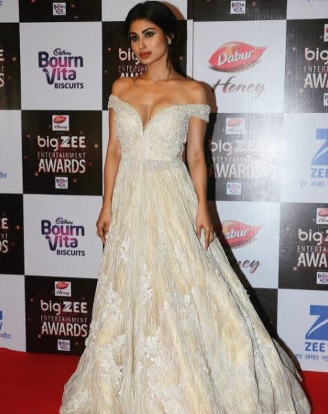 Mouni Roy looks glamorous in zee Entertainment Awards 2017,  see photos