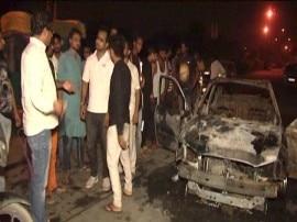 दिल्ली में युवती के अपहरण की कोशिश नाकाम, लोगों ने बदमाशों का पकड़ा, गाड़ी में आग लगाई