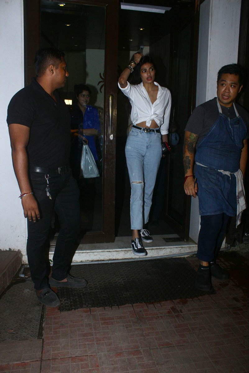 Suniel Shetty's daughter Athiya flaunts her TONED MIDRIFF on a DINNER DATE with her BFF and Arjun Kapoor's sister Anshula!