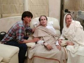 बीमार दिलीप कुमार का हालचाल जानने पहुंचे 'मुंहबोले' बेटे शाहरूख, देखिए दिल छू लेने वाली तस्वीरें