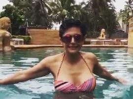 मंदिरा बेदी उतरीं पूल में, शेयर किया वीडियो