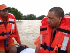 सीएम योगी ने बाढ़ग्रस्त इलाके का दौरा किया, प्रभावित लोगोे के बिजली बिल होंगे माफ