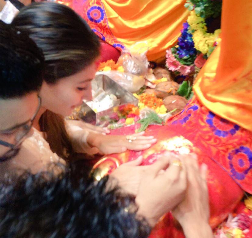 Hina Khan aka Akshara offers prayers at Lalbaugcha Raja, gets trolled on twitter