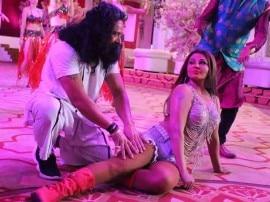 On Location: राम रहीम पर बन रही है फिल्म, हनीप्रीत के रोल में दिखेंगी राखी सावंत, देखें Pics