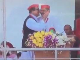 जब आजम खान ने इंद्रजीत सरोज को चूमा तो अखिलेश यादव बोले