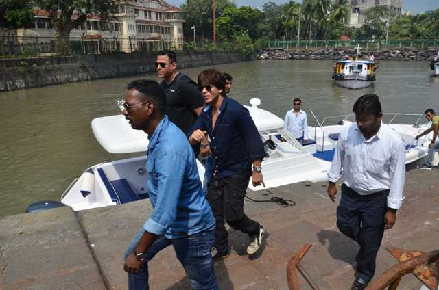 Shah Rukh Khan celebrates Gauri Khan's Birthday at Alibaug bunglow