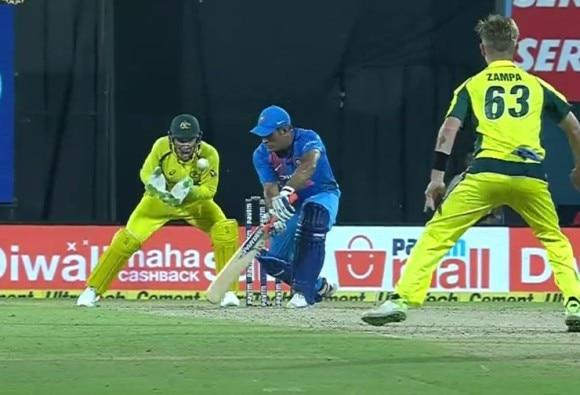WATCH: T20I के इतिहास में पहली बार विकेटों के आगे चकमा खा गए धोनी