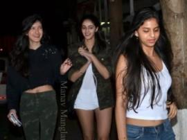 मूवी थियेटर के बाहर अपनी फ्रेंड्स के साथ कुछ इस अंदाज में दिखी शाहरुख की बेटी सुहाना