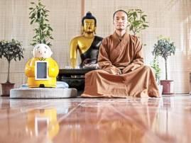 ভিক্ষু রোবটের গলায় বুদ্ধং শরণং