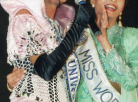১৯৯৪ সালে মিস ওয়ার্ল্ড জয়ী ঐশ্বর্য এবং মিস ইউনিভার্স সুস্মিতা এক ফ্রেমে বন্দি, যা সত্যিই বিরল