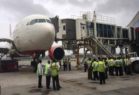 अहमदाबाद-लंडन विमानाला पक्ष्याची धडक, विमानाचंच नुकसान
