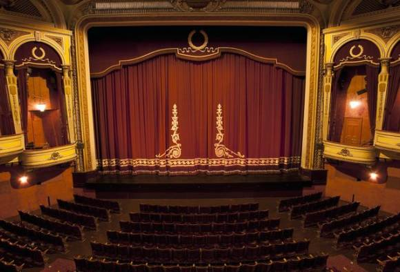 500-1000 च्या नोटा रद्द केल्याने नाट्यगृहं-थिएटरही 'व्हेंटिलेटर'वर