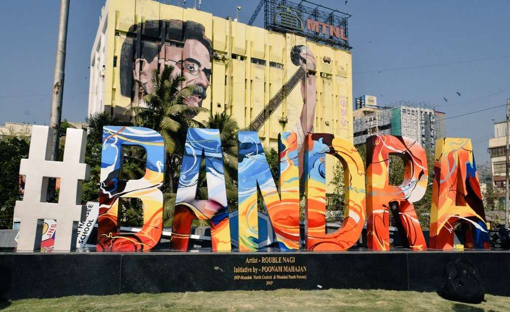 Shah Rukh Khan inaugurated hashtag BANDRA sculpture in Mumbai