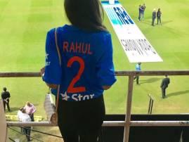 राहुलच्या नावाची जर्सी घातलेली