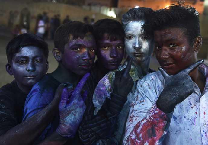 hindu community celebrate holi festival in pakistan