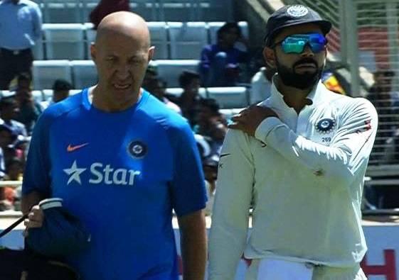 Kohli walks off the field after shoulder injury